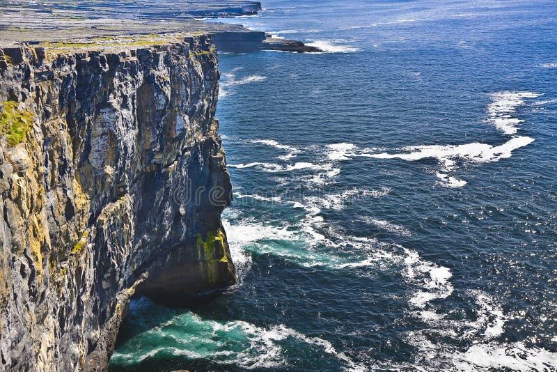 Gli Irlandesi abbelliscono in Irlanda del Nord con le scogliere irlandesi Aran Isla immagine stock