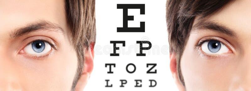 Gli occhi azzurri si chiudono su sul grafico di prova, sulla vista e sul examin visivi dell'occhio fotografie stock