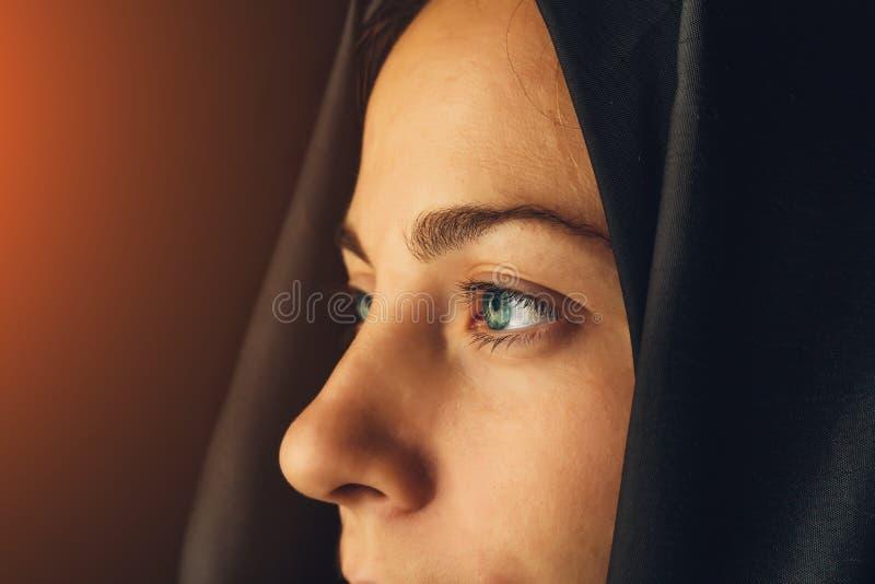 Gli occhi musulmani della ragazza si chiudono su, giovane femmina nel hijab fotografie stock