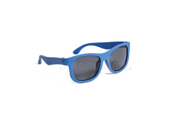 Gli occhiali da sole dei bambini blu su un fondo bianco immagine stock libera da diritti