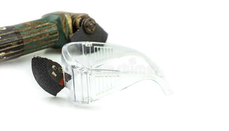 Gli occhiali di protezione hanno conservato questo sono lavoro di attimo dell'occhio perché la spina nel taglio dei dischi rotti, fotografia stock