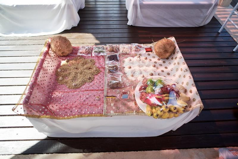 Gli oggetti indiani di preghiera di nozze per cerimonia del filo, il pooja Puja, hanno messo a fuoco sul vassoio di potere di col immagine stock