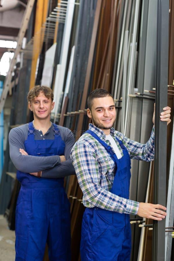 Download Gli Operai Felici Si Avvicinano Alle Strutture Della Finestra Del PVC Fotografia Stock - Immagine di manufacturing, squadra: 56878588