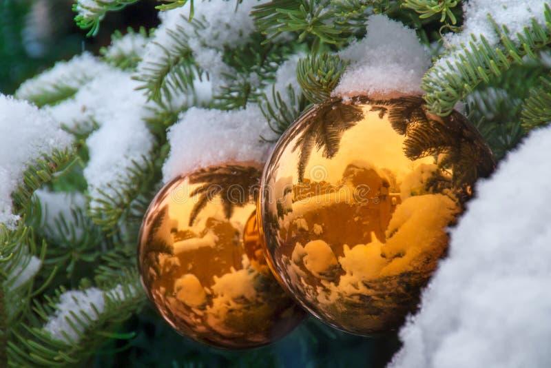 Gli ornamenti innevati dell'albero di Natale dell'oro riflettono Santa Fe Adobe Buildings fotografia stock libera da diritti