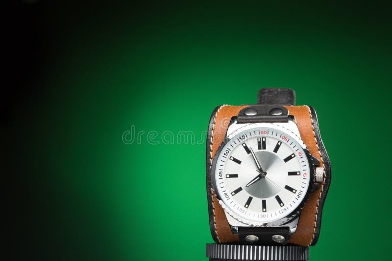 Gli orologi degli uomini con l'ampio braccialetto di cuoio fotografia stock libera da diritti