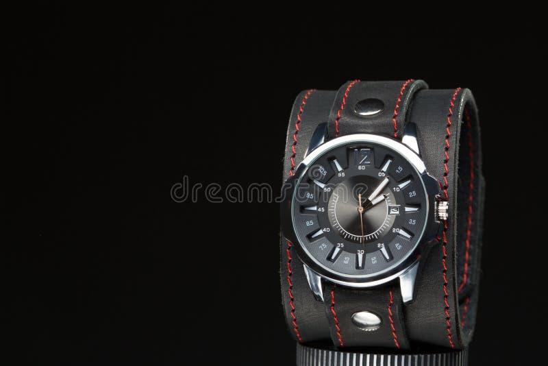 Gli orologi degli uomini con l'ampio braccialetto di cuoio immagine stock libera da diritti