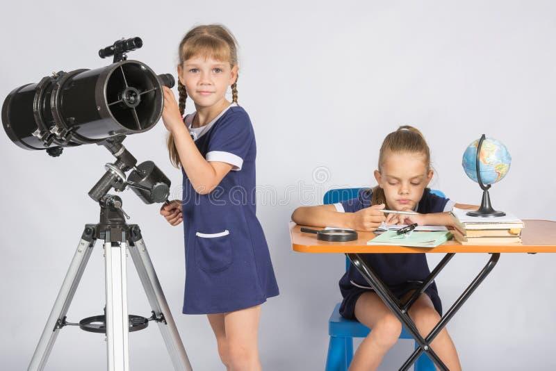Gli orologi della ragazza nel telescopio, l'altra ragazza sta aspettando i risultati delle osservazioni immagine stock libera da diritti
