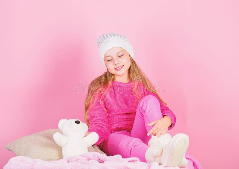 Gli orsacchiotti migliorano il benessere psicologico Giocattolo allegro della peluche dell'orsacchiotto della tenuta della piccol fotografia stock