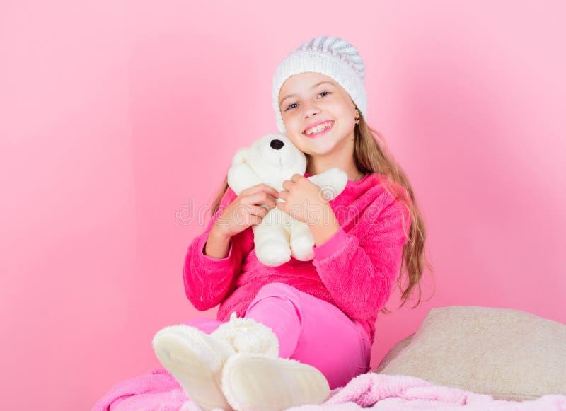 Gli orsacchiotti migliorano il benessere psicologico Gioco della bambina del bambino con il fondo molle di rosa dell'orsacchiotto fotografia stock