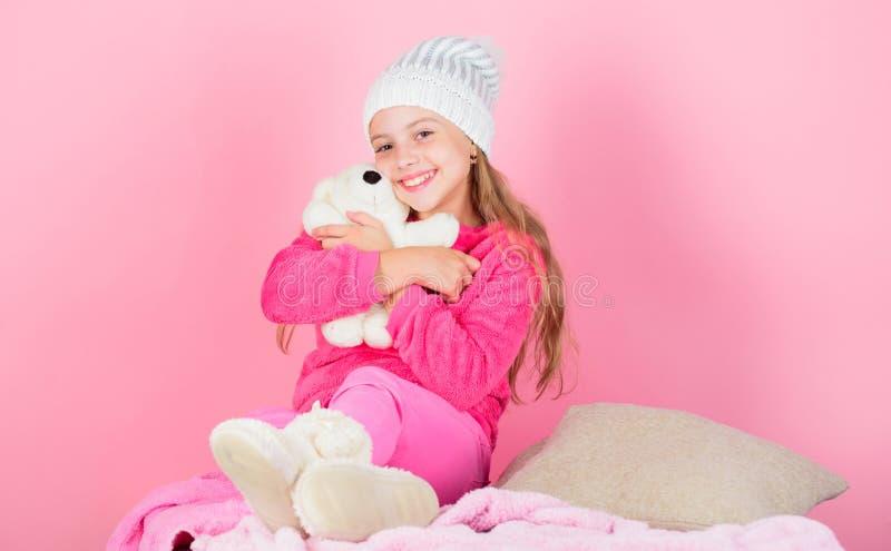 Gli orsacchiotti migliorano il benessere psicologico Gioco sveglio della ragazza del bambino con il fondo molle di rosa dell'orsa immagine stock libera da diritti