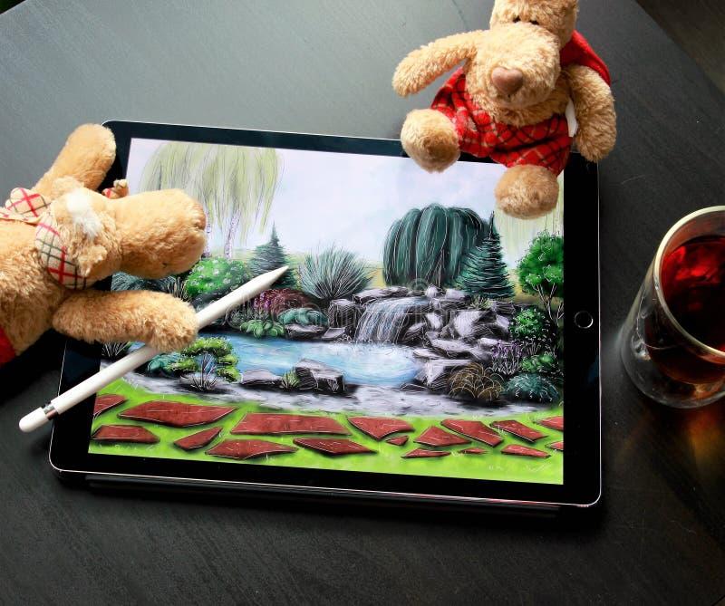 Gli orsi vogliono riparare l'immagine un piccolo Ponticello di legno sopra il fiume Progetto di architettura del pæsaggio fotografia stock libera da diritti