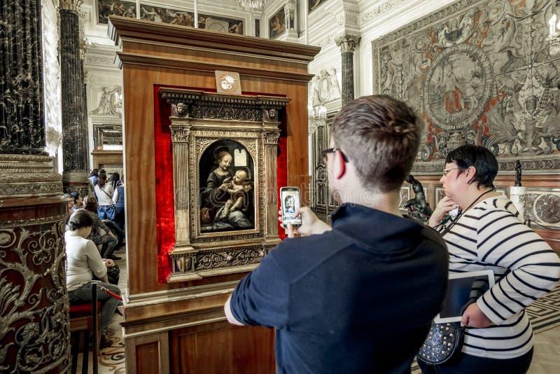 Gli ospiti del museo prendono le immagini di Leonardo da Vinci fotografie stock libere da diritti