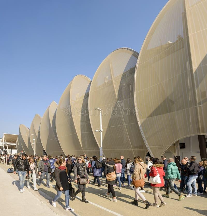 Gli ospiti fanno la coda lungo il padiglione del Messico, EXPO Milano 2015 fotografia stock