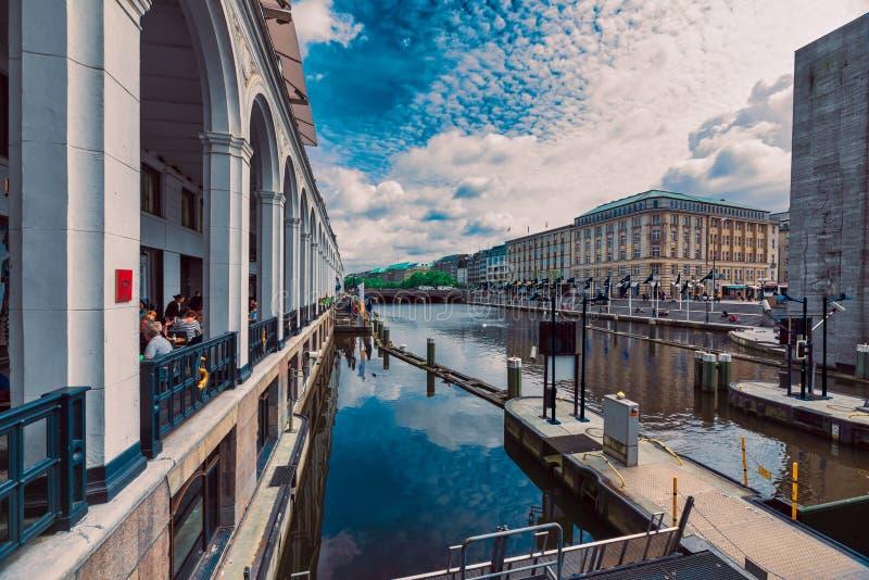 Gli ospiti non identificati popolano i caffè ed i ristoranti tutt'intorno il Kleine famoso Alster fotografia stock libera da diritti