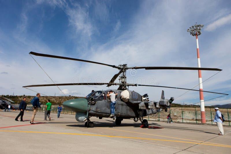 Gli ospiti osservano l'elicottero militare Ka-52 fotografia stock