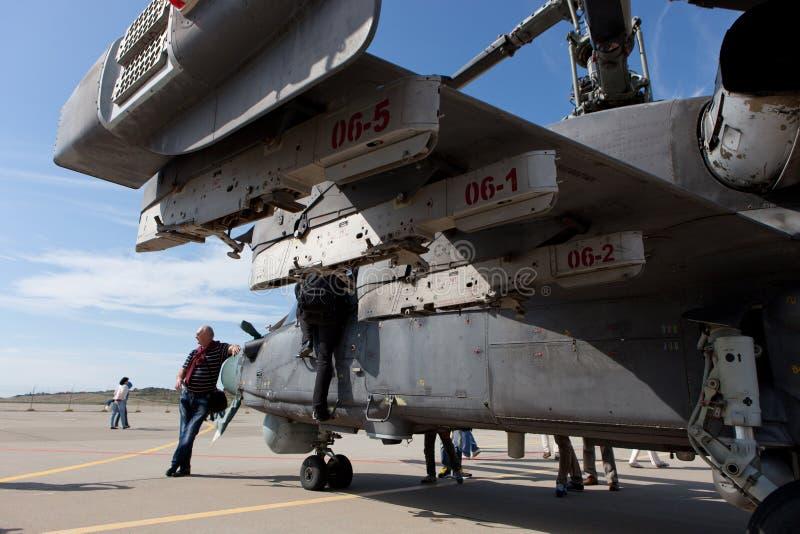 Gli ospiti osservano l'elicottero militare Ka-52 immagini stock