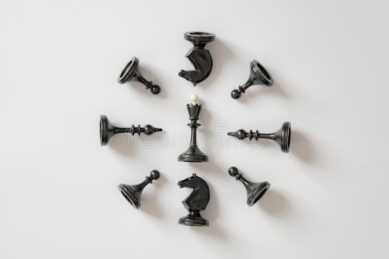Gli scacchi in bianco e nero dipendono il fondo bianco Copi lo spazio per la vostra iscrizione fotografie stock