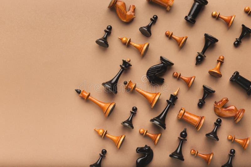 Gli scacchi dipendono il fondo beige della tavola fotografia stock libera da diritti