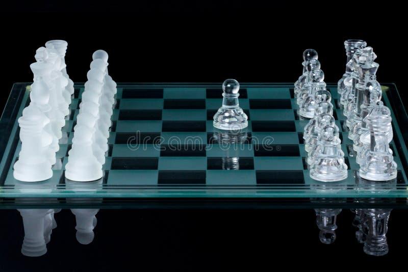Gli scacchi in primo luogo si muovono fatto immagine stock