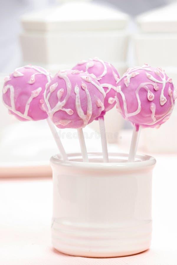 Gli schiocchi lilla del dolce hanno decorato decorato generosamente con glassa fotografia stock