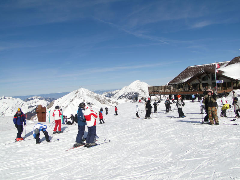 Gli sciatori godono del giorno pieno di sole fotografia stock