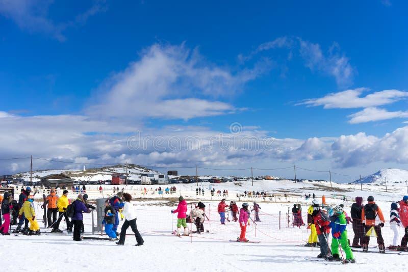 Gli sciatori godono della neve al centro dello sci di Kaimaktsalan, in Grecia rec fotografie stock libere da diritti