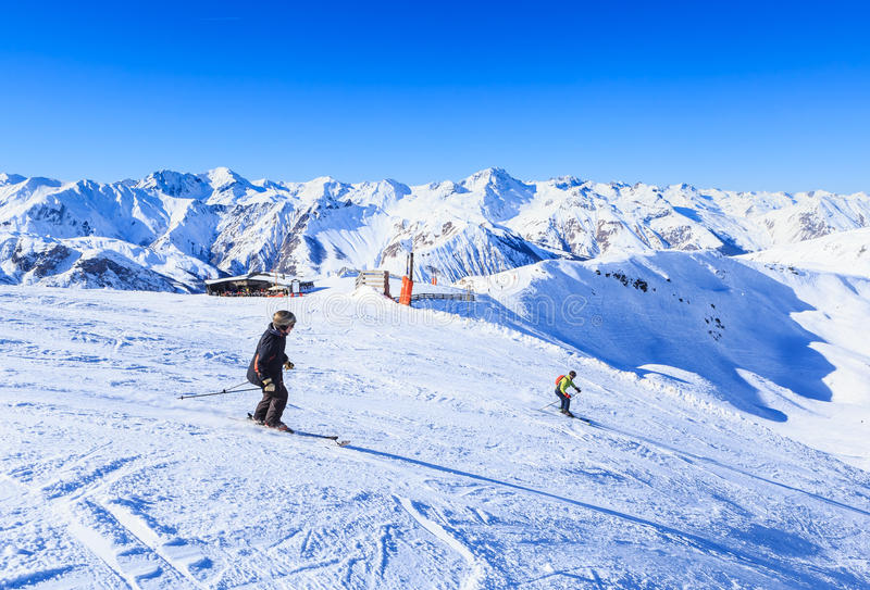 Gli sciatori non identificati godono di di sciare al pendio nelle alpi fotografia stock
