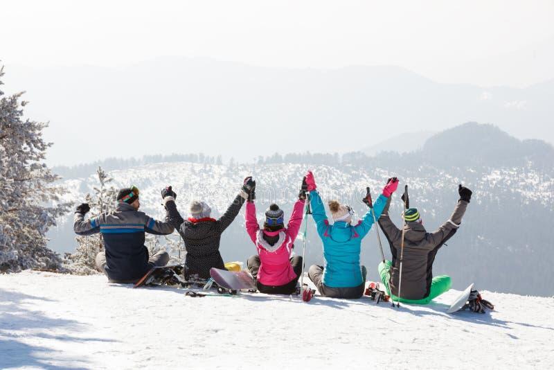 Gli sciatori raggruppano sembrare il bello paesaggio in montagna, vista posteriore fotografia stock libera da diritti