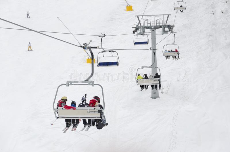 Gli sciatori vanno sull'ascensore sulla montagna in Bansko, BG immagini stock libere da diritti