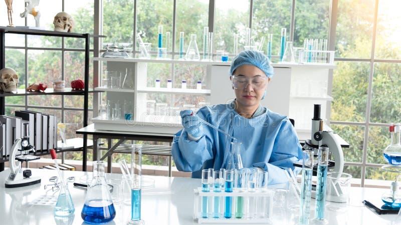 Gli scienziati la ricerca, analizzano le formule chimiche, risultati dei test biologici fotografie stock libere da diritti