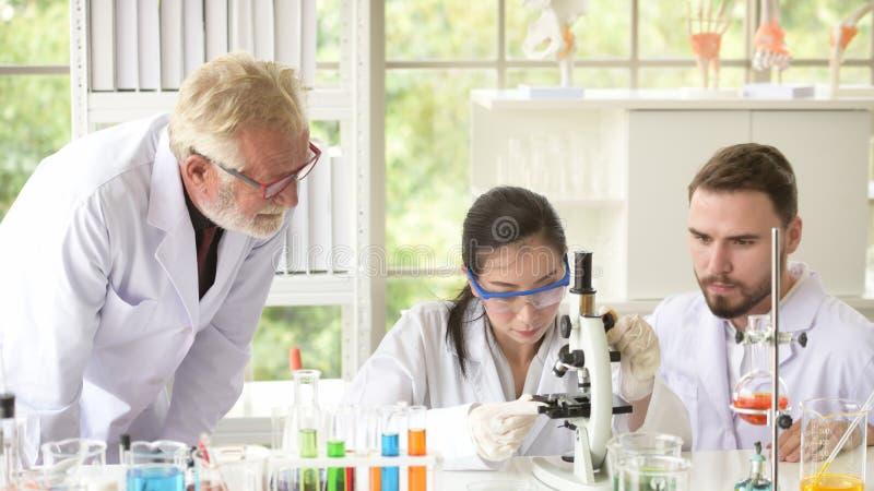Gli scienziati stanno lavorando nei laboratori di scienza fotografia stock