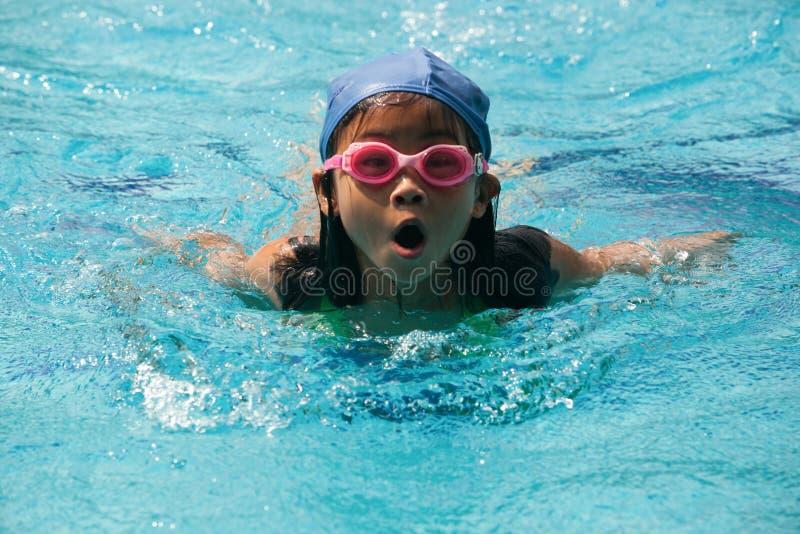 Gli scolari si divertono in una piscina durante il le di nuoto immagini stock libere da diritti