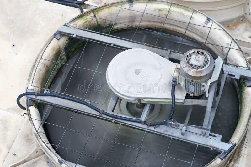 Gli sfiati dello scarico del primo piano delle unità di ventilazione e di condizionamento industriale sul grattacielo coprono la  fotografie stock