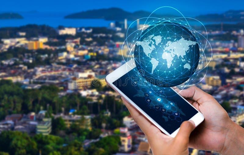 Gli Smart Phone e la gente di affari rara di Internet del mondo di comunicazione dei collegamenti del globo premono il telefono p fotografia stock