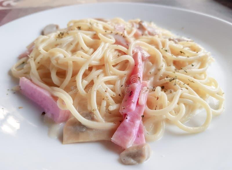 Gli spaghetti Cabonara, un alimento italiano sono molto famosi nel ristorante occidentale di stile fotografia stock