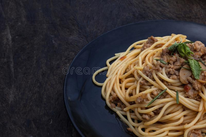 Gli spaghetti sono disposti in una banda nera fotografie stock