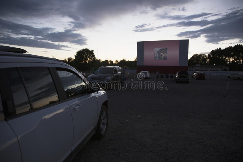 Gli spettatori di film in automobile alla stella guidano nel cinema, Montrose, Colorado, U.S.A. fotografia stock libera da diritti