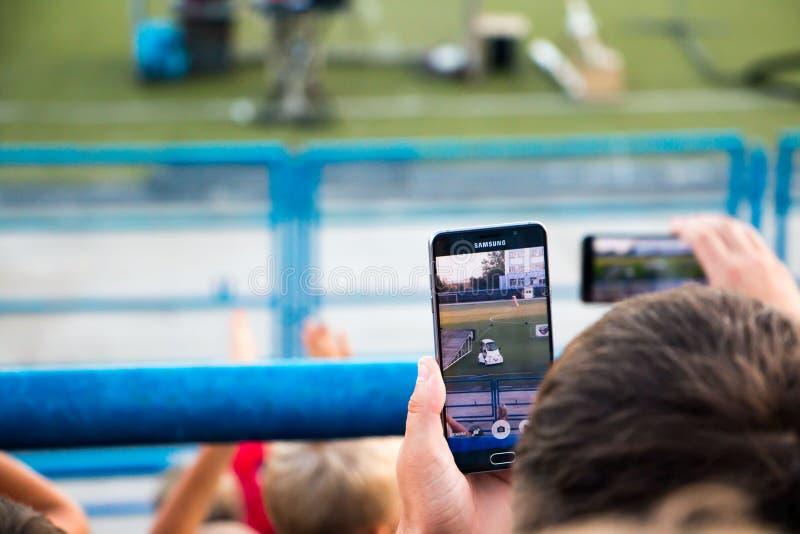 Gli spettatori stanno prendendo le immagini dell'esposizione automatica estrema in Kirov CIT fotografia stock libera da diritti