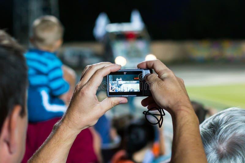 Gli spettatori stanno prendendo le immagini dell'esposizione automatica estrema in Kirov CIT fotografie stock libere da diritti