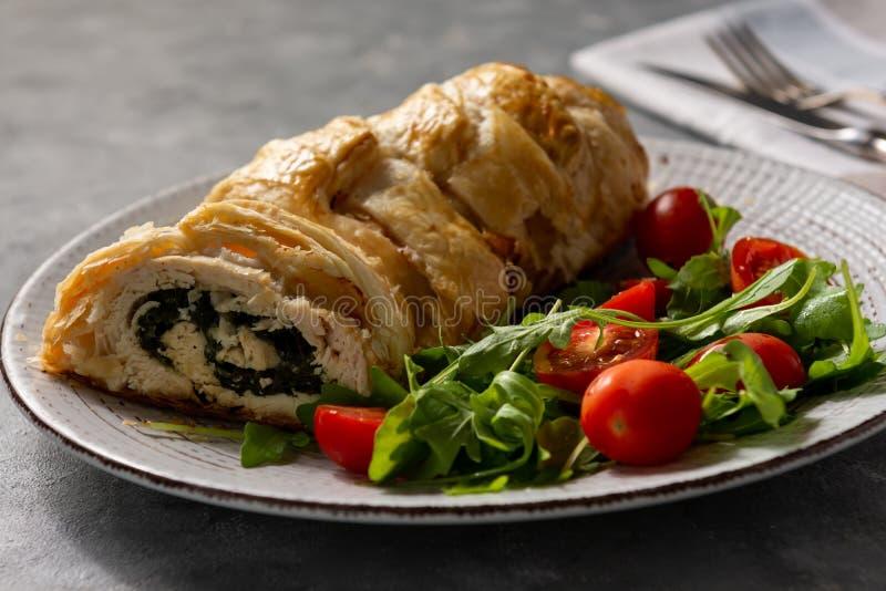 Gli spinaci e la mozzarella hanno farcito i petti di pollo cotti in pasta sfoglia fotografie stock libere da diritti