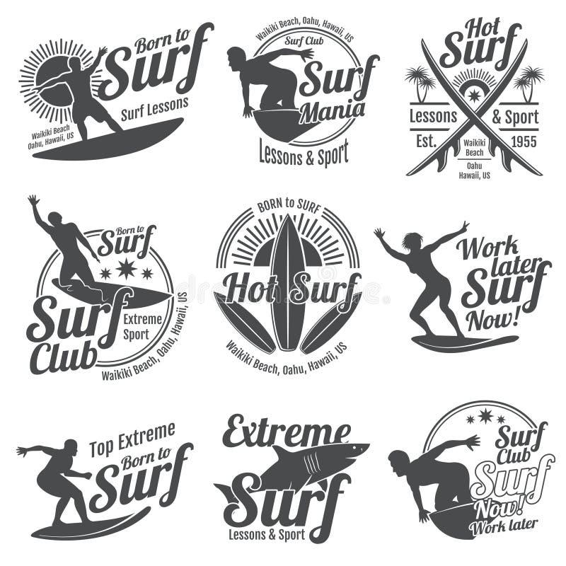 Gli sport praticanti il surfing dell'estate vector la raccolta del logos con il surfista, il bordo di spuma e l'onda di oceano illustrazione di stock