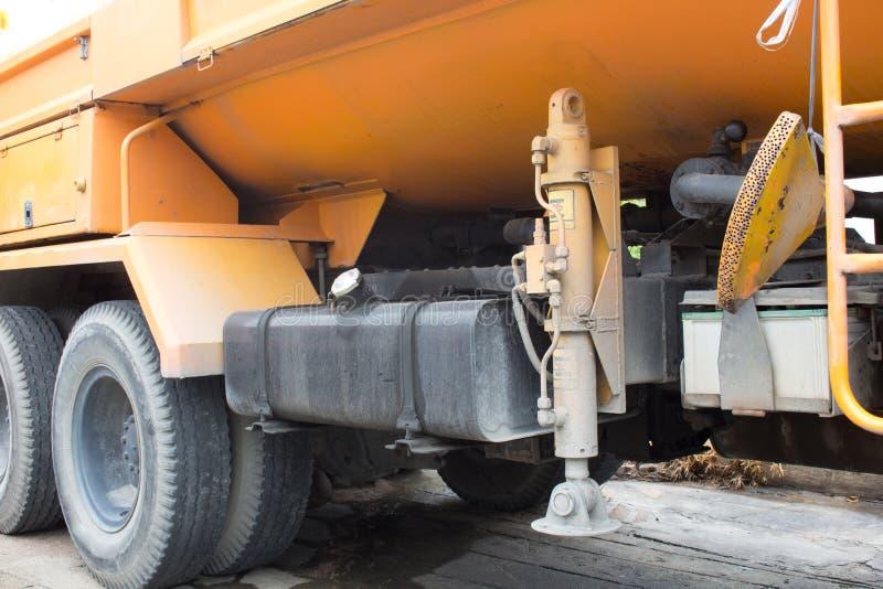 Gli stabilizzatori idraulici dell'intelaiatura di base della gru sul camion fotografie stock libere da diritti