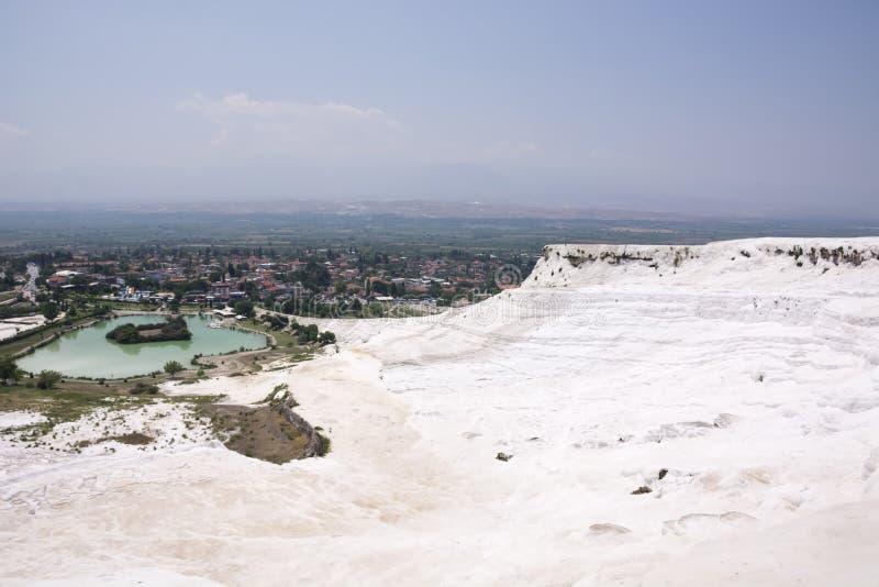 Gli stagni ed i terrazzi del travertino di Pamukkale carbonatano minerale a Hierapolis antico, Turchia fotografia stock