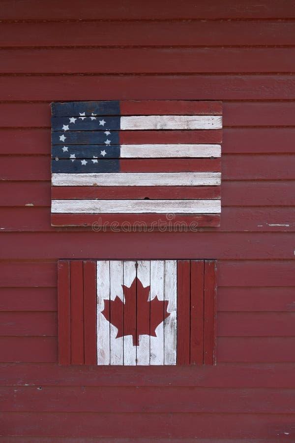 Gli Stati Uniti d'annata e bandiere canadesi in legno immagini stock