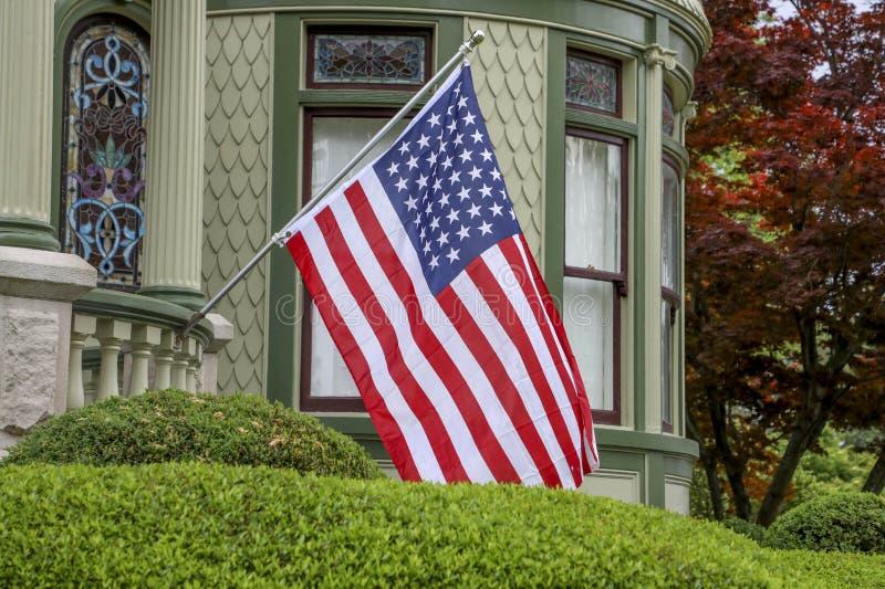 Gli Stati Uniti diminuiscono sulla casa vittoriana fotografie stock libere da diritti
