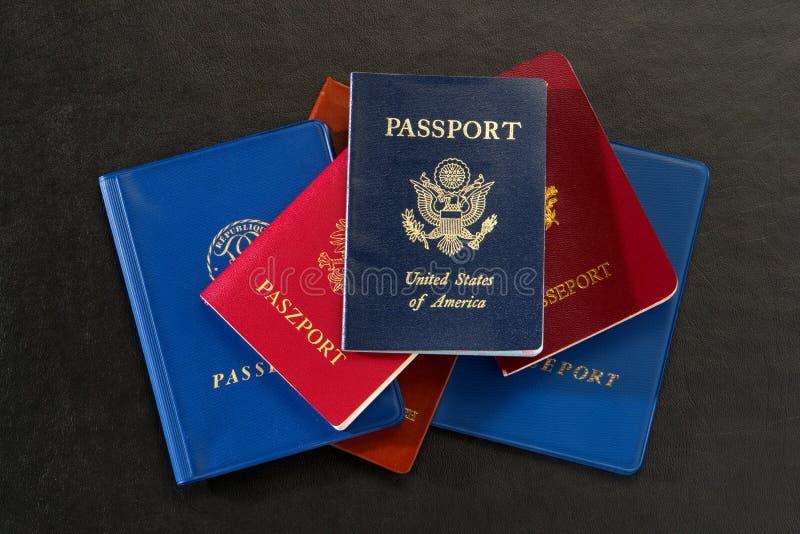Gli Stati Uniti e passaporti internazionali fotografia stock libera da diritti