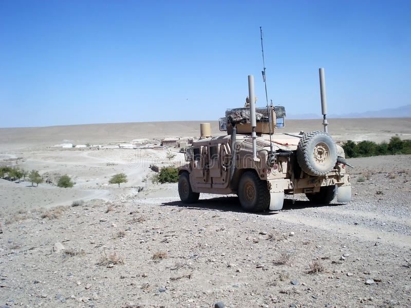 Gli Stati Uniti Humvee sulla pattuglia immagine stock