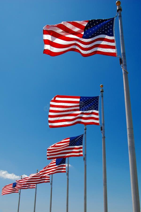Gli Stati Uniti inbandierano lo sbattimento in vento, monumento di Washington fotografie stock libere da diritti