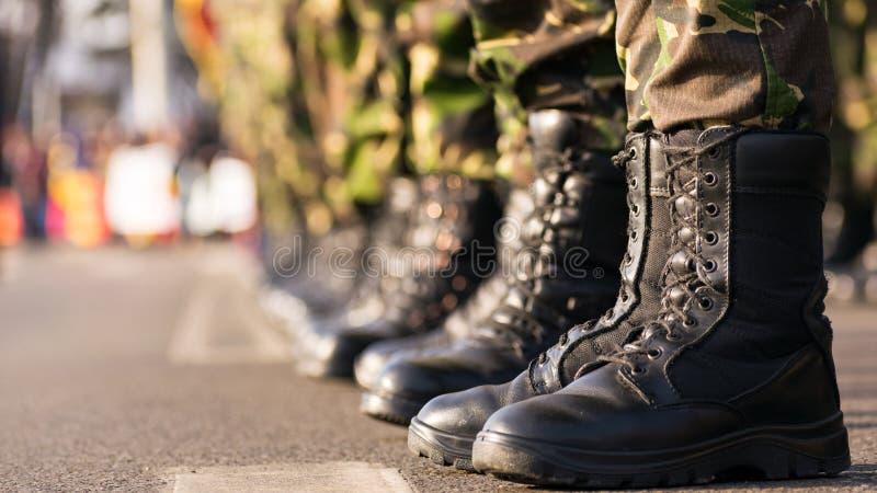 Gli stivali dell'esercito si chiudono su fotografie stock