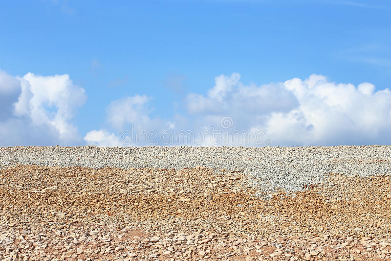 Gli strati di roccia sotto la strada della diga immagini stock libere da diritti